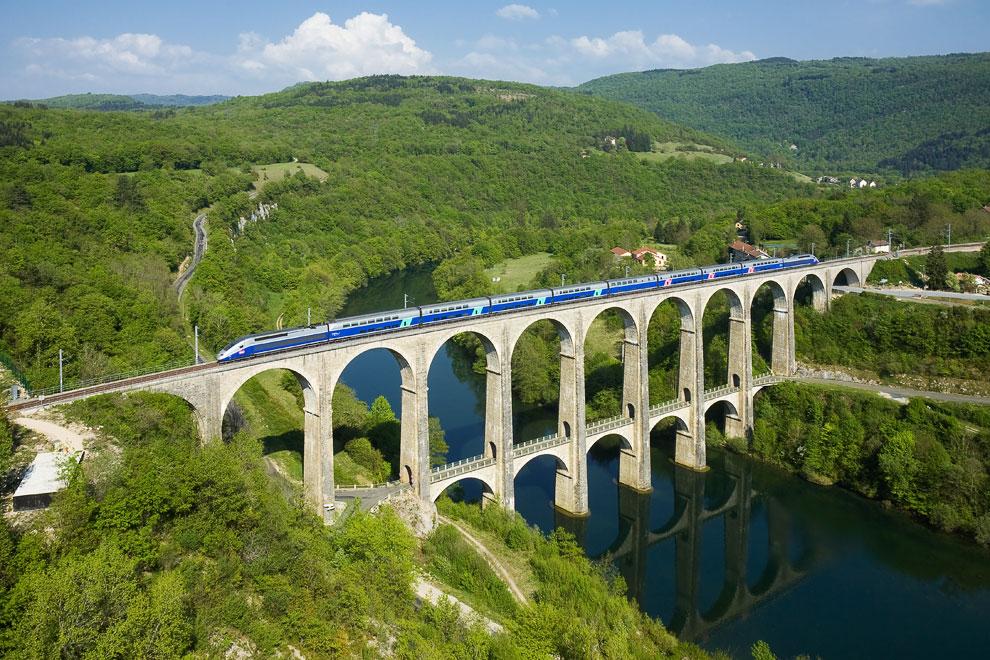 Состав TGV на виадуке Сиз-Болозон над рекой Эн, Франция