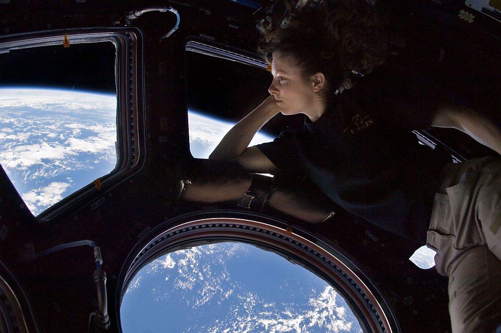 Автопортрет Трейси Эллен Колдуэлл-Дайсон в модуле Купол Международной космической станции