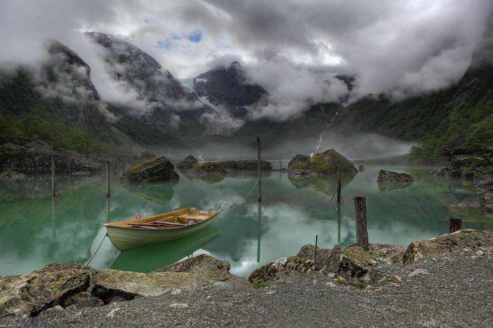 Вид на озеро Бондхус, Норвегия. На заднем плане виден ледник Бондхус (часть ледника Фолгефонна)