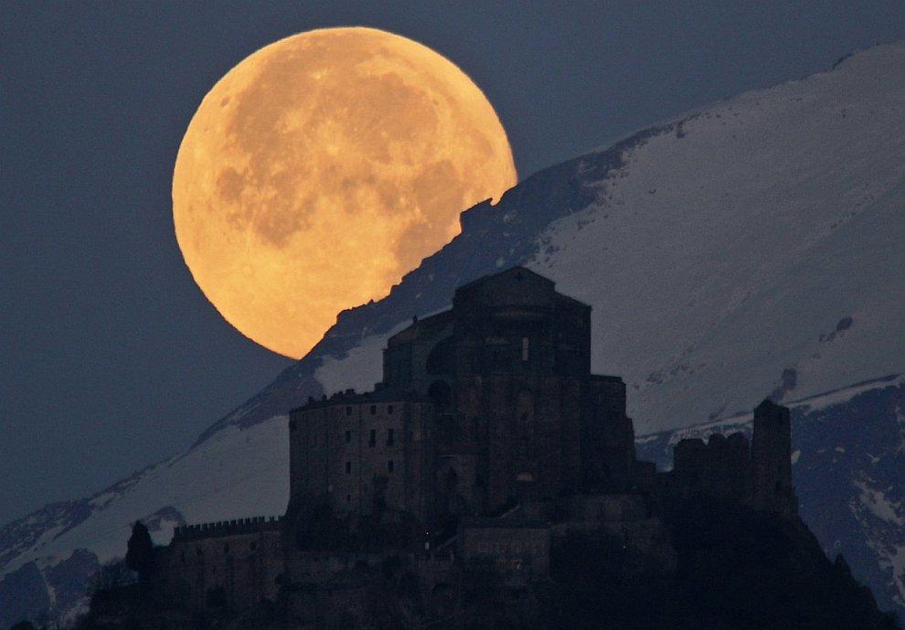 Полная Луна за Альпами