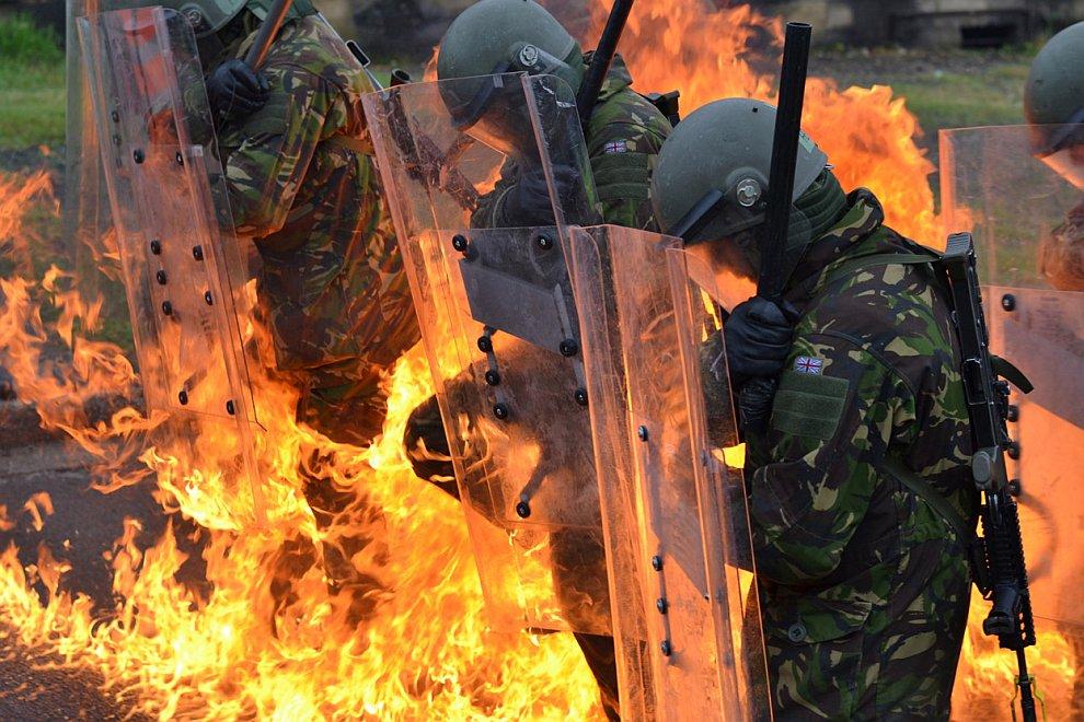 В огне: британские национальные войска отражают атаку с зажигательными смесями во время бунта в Гэмпшире, Англия