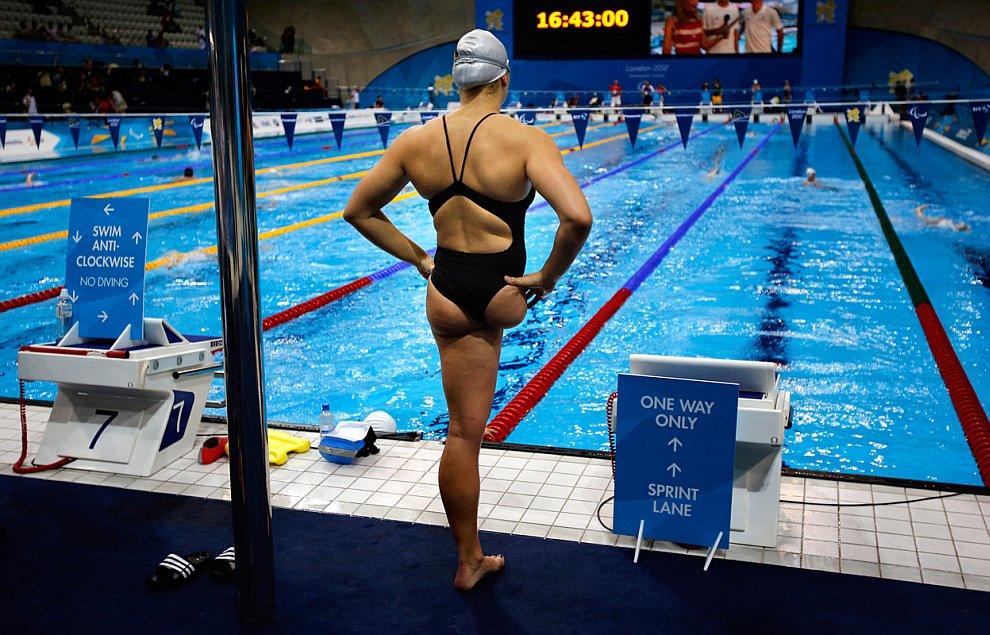 Кристиан Реппе из Германии готовится к финальному заплыву на 100 м на спине
