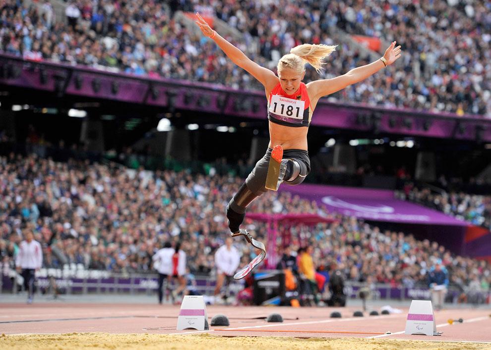 Немецкая спортсменка Ванесса Лоу на соревнованиях по прыжкам в длину