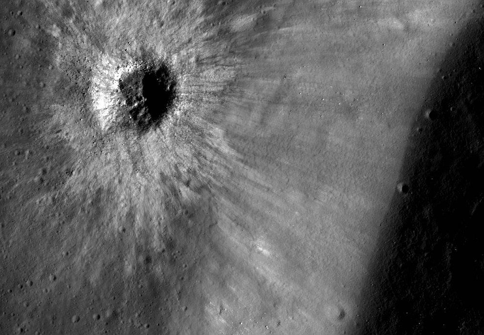 Снимок кратера Комарова на Луне
