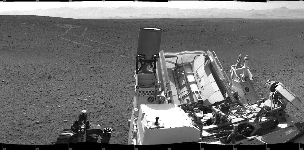 Следы от марсохода Curiosity на поверхности Марса