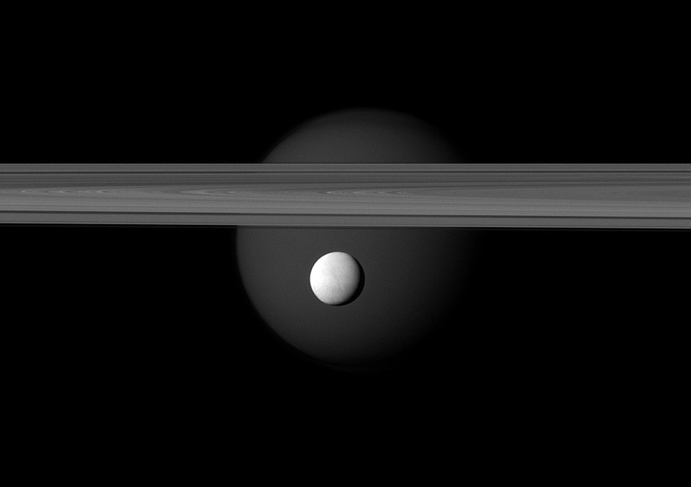 Энцелад — шестой по размерам спутник Сатурна