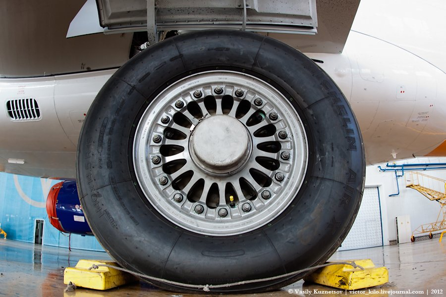 Sukhoi SuperJet 100 tire