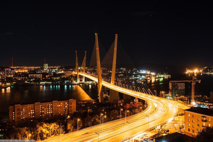 Ночной вид на вантовый мост через бухту Золотой Рог
