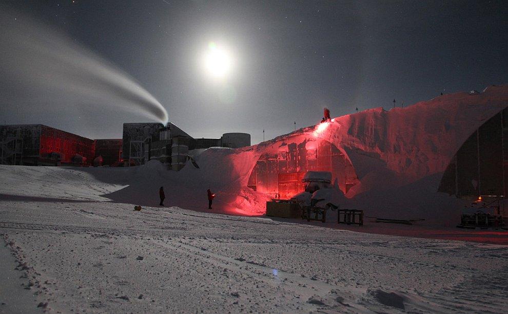 Здания на Южном полюсе и почти полная Луна
