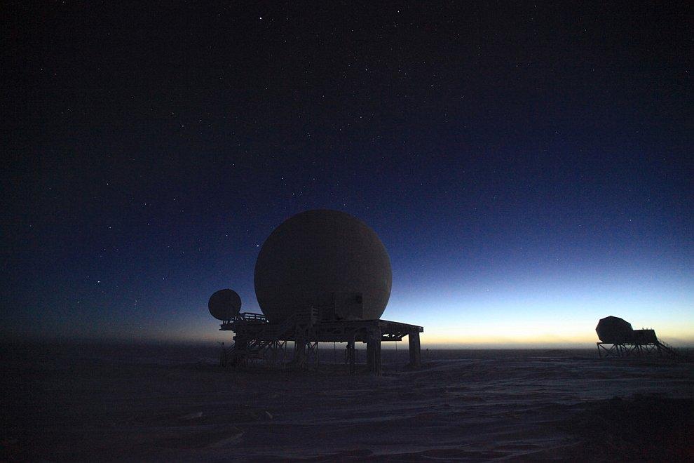 Тарелки спутниковой связи на антарктической станции Амундсен—Скотт
