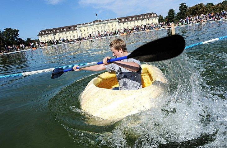 В немецком городе Людвигсбург прошел осенний фестиваль, во время которого участники соревновались в плавании на тыквах