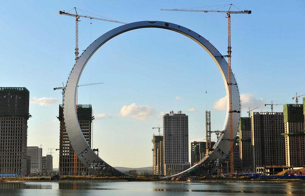 На постройку 157-метрового строения под названием «Кольцо жизни», стоимостью около ста миллионов юаней