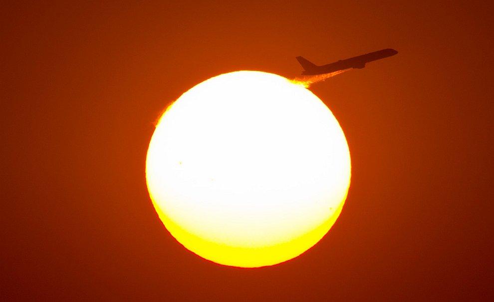 Самолет и заходящее солнце над Шанхаем