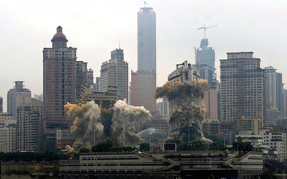 На юго-западе Китая были подорваны контролируемым взрывом отель «Три ущелья» (слева) и 32-этажный пассажирский терминал порта Чунцин