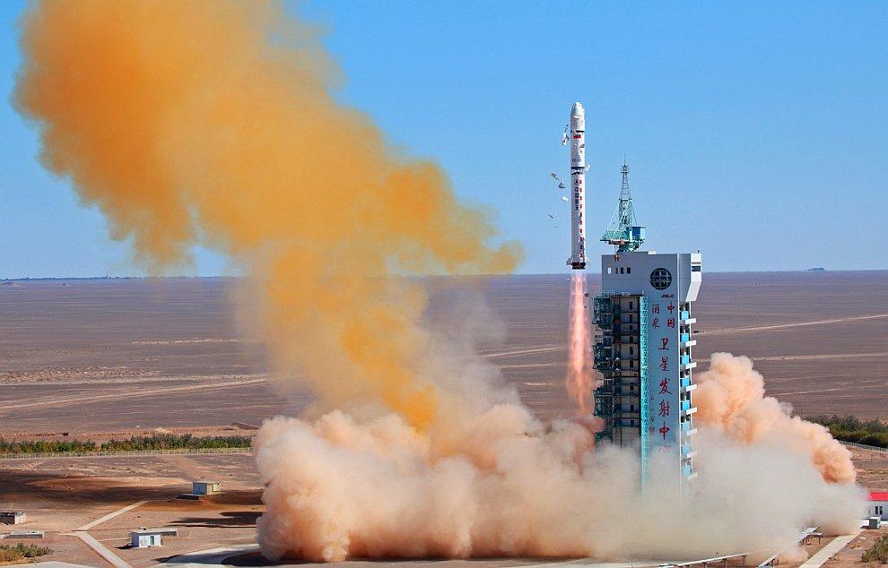 Старт ракеты-носителя Long March-2D на космодроме Цзюцюань