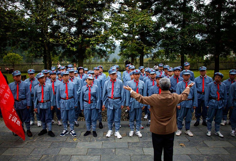 Одетые в мундиры Красной армии Китая правительственные чиновники среднего звена слушают важный революционный материал