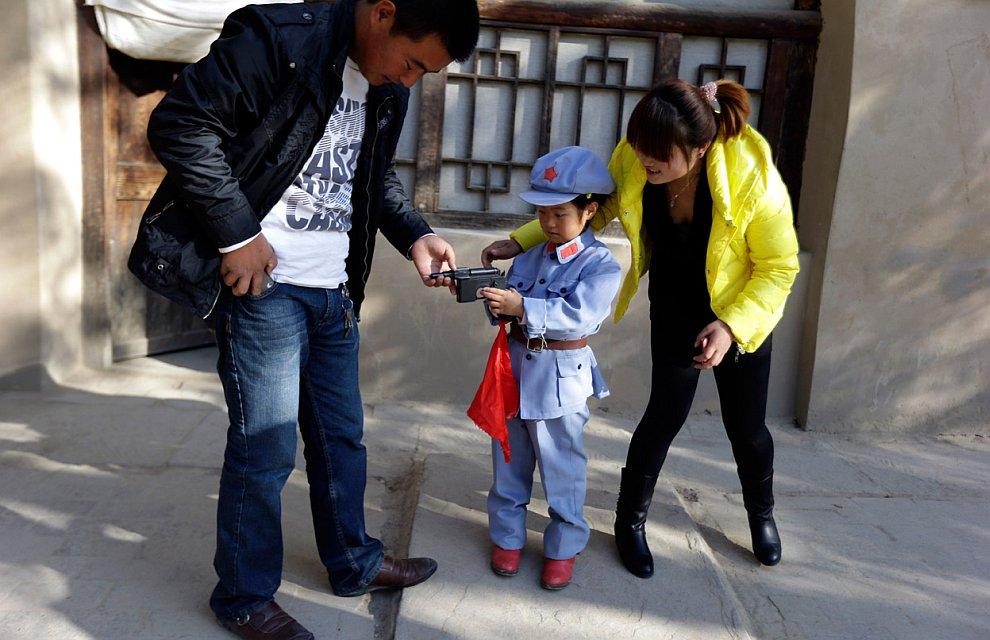 Ребенок в костюме солдата вооруженных сил Коммунистической партии Китая