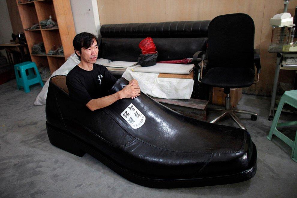 Обувной дизайнер из провинции Чжэцзян в семейном обувном магазинчике