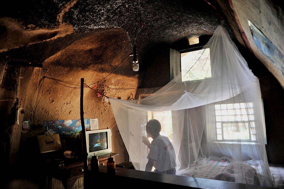 Не все в Китае живут в небоскребах. Например, этот житель из провинции Шаньси живет в пещере
