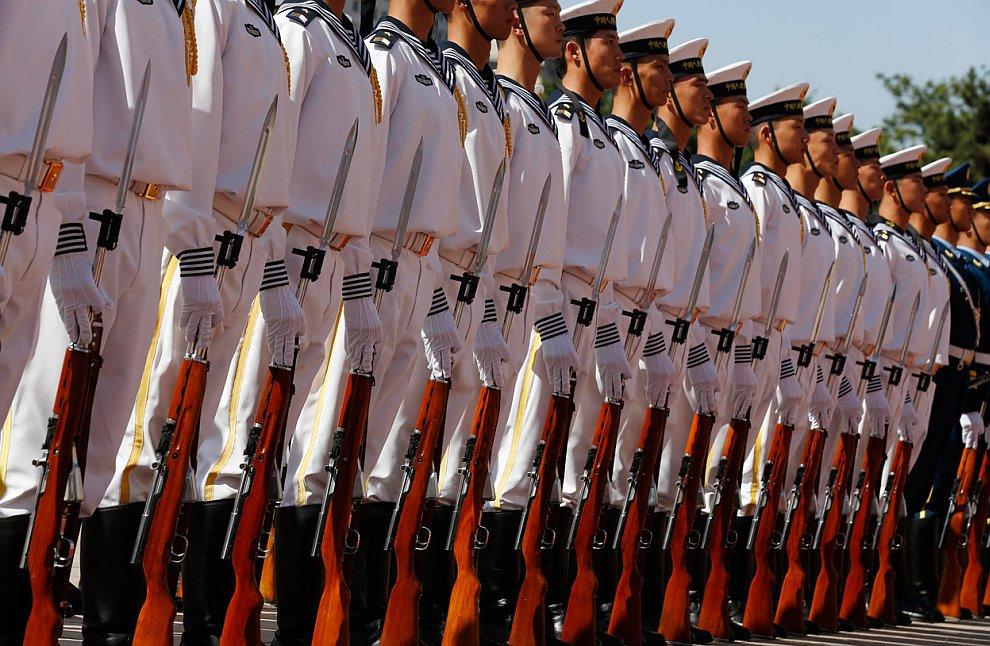 Бравые китайские военнослужащие во время визита министра обороны США Леона Панетты в Пекин
