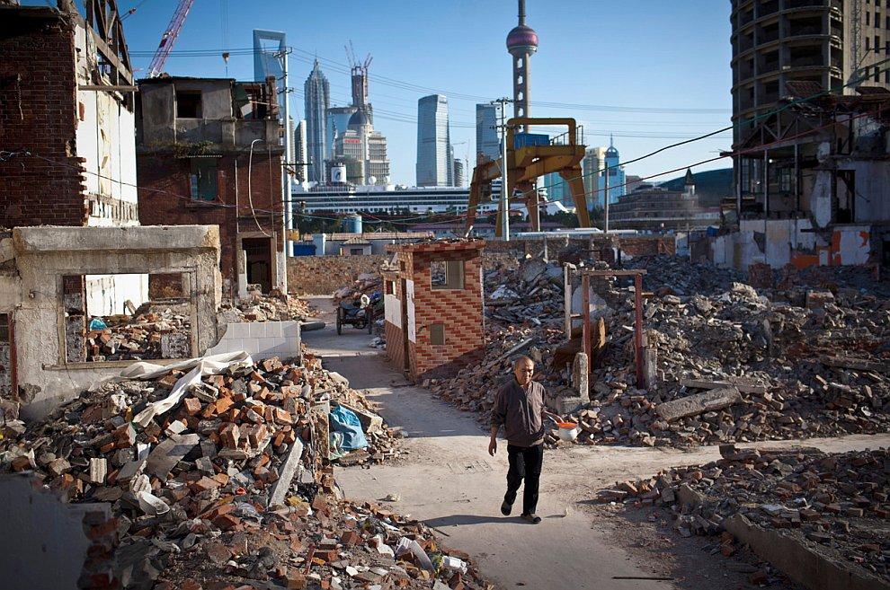 В центре Шанхая активно сносят старые жилые здания, чтобы освободить место для строительства новых небоскребов
