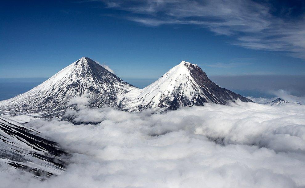 Вулканы Ключевская сопка — самый высокий вулкан в России (слева) и Камень