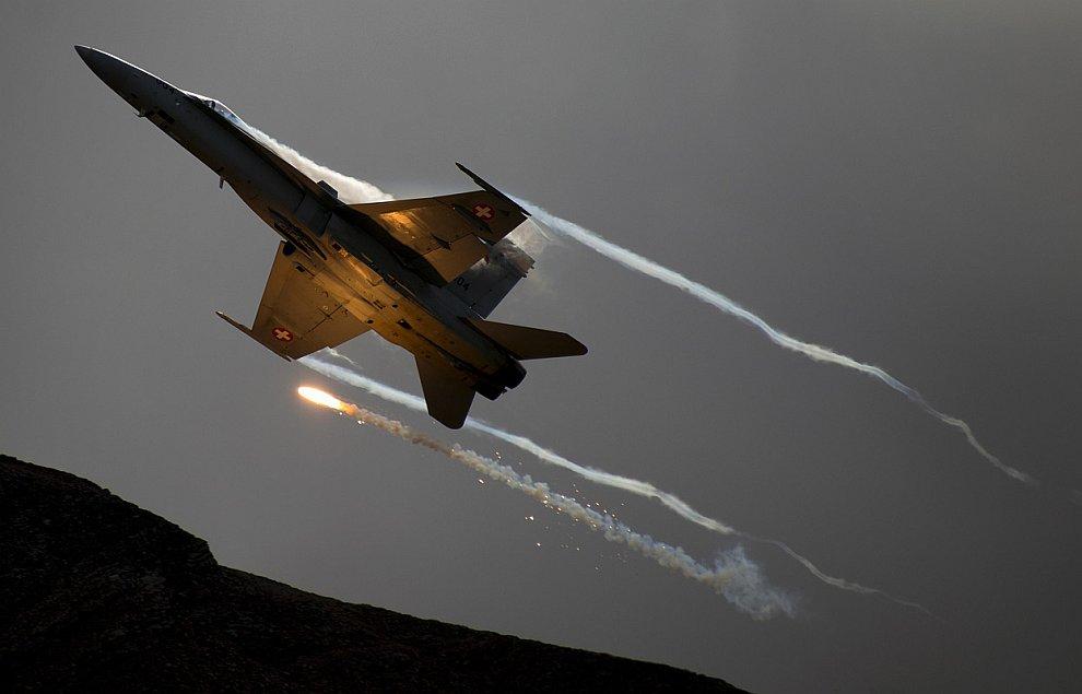Вечерний демонстрационный полет истребителя Макдоннел-Дуглас F/A-18