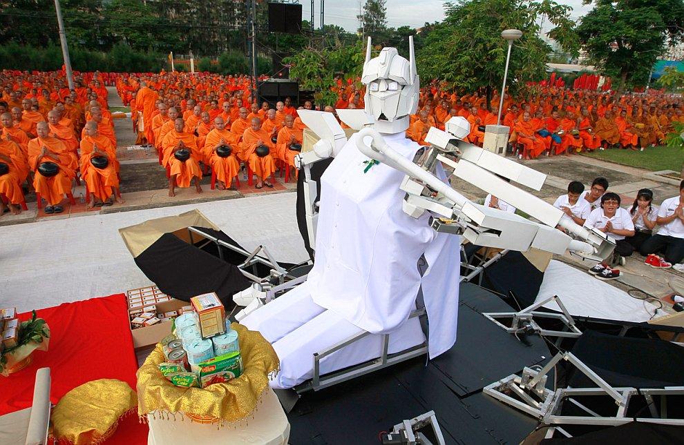 Вот такой робот сидит перед буддийскими монахами