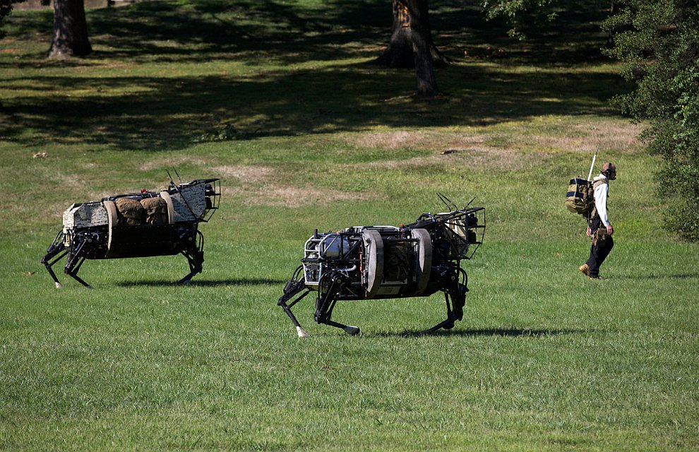 Показательный проход двух четвероногих роботов, созданных исследовательским центром Министерства Обороны США