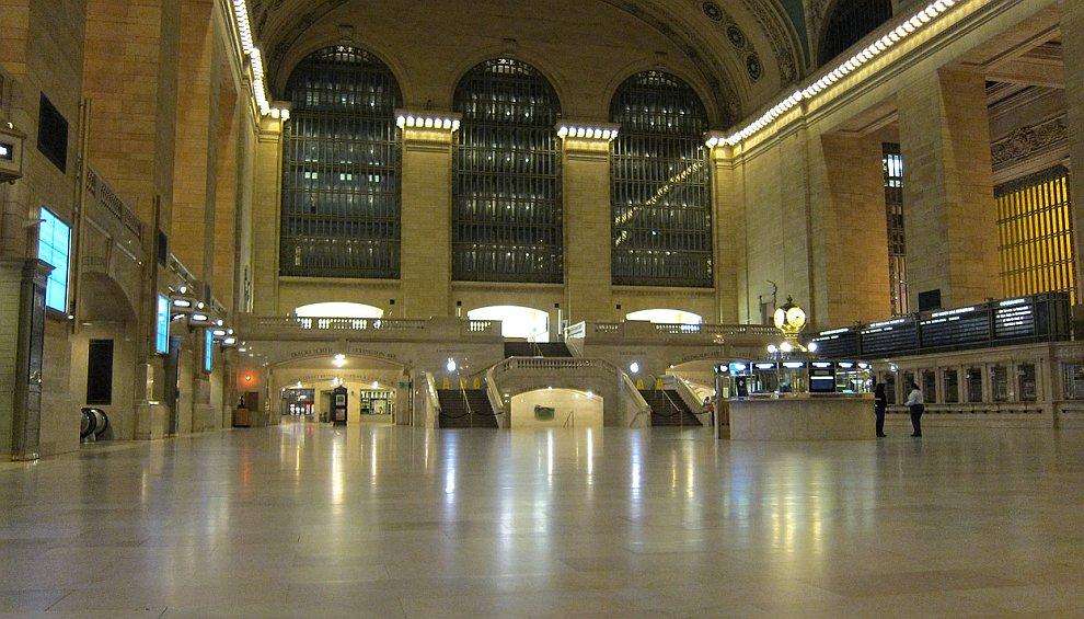 Это опустевший Центральный вокзал — старейший и известнейший вокзал Нью-Йорка
