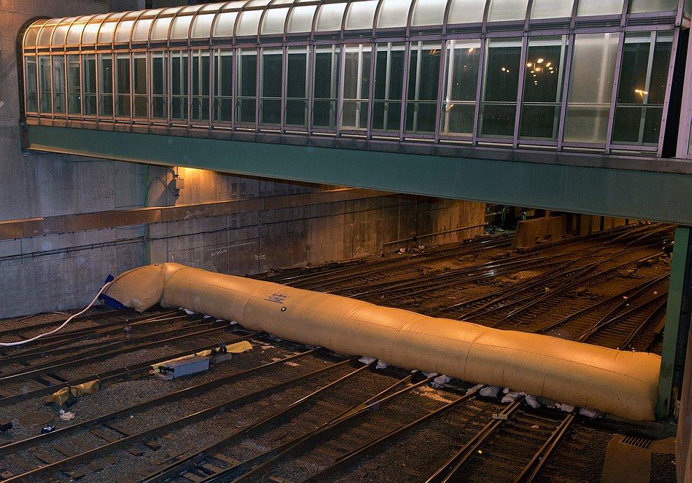 Плотина и перекрытые железнодорожные пути в Нью-Йорке