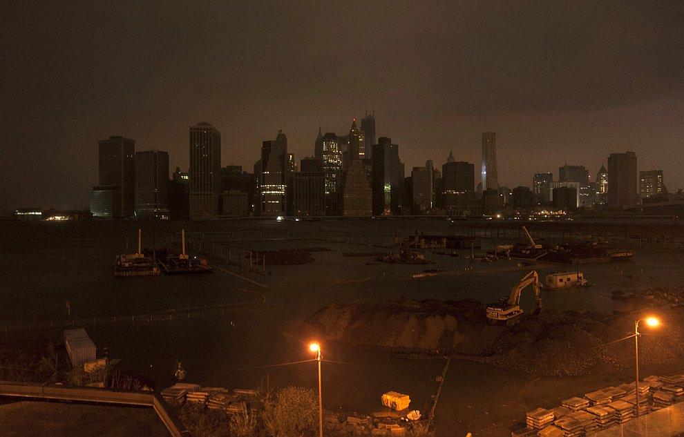 Над Нью-Йорком и нижним Манхэттеном тусклый рассвет