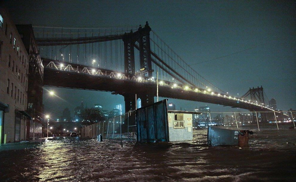 Затопленные дороги под Манхэттенским мостом