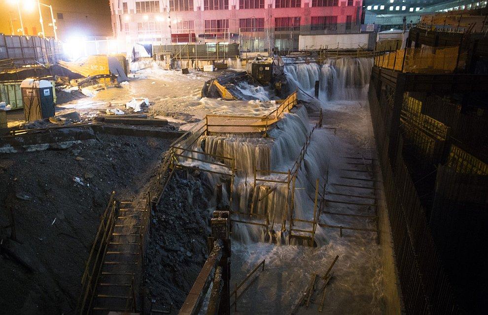 Здесь вода прорвалась на стройплощадку, на место, где стояли башни Всемирного торгового центра в Нью-Йорке