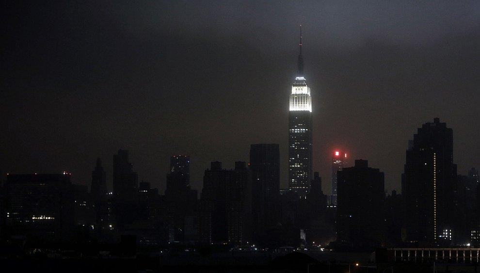 Одинокий небоскреб со светом, Нью-Йорк