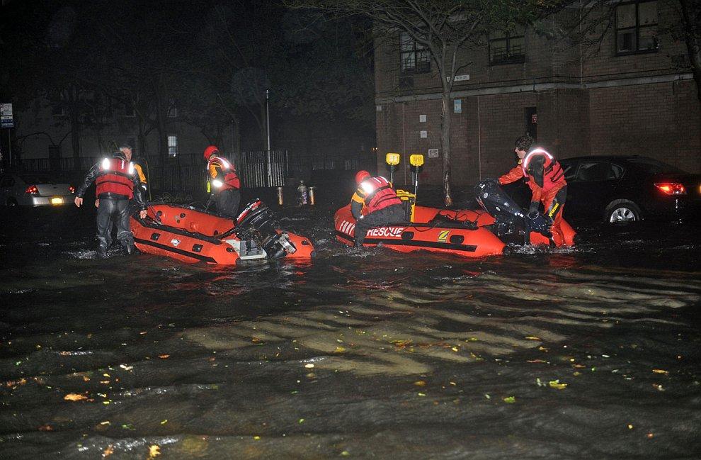 Спасателям тоже было удобнее передвигаться на лодках, Нью-Йорк