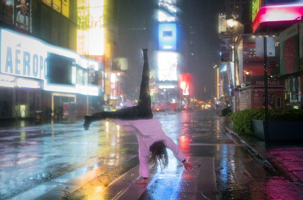 На пустой Таймс-сквер в Нью-Йорке с электричеством было все в порядке