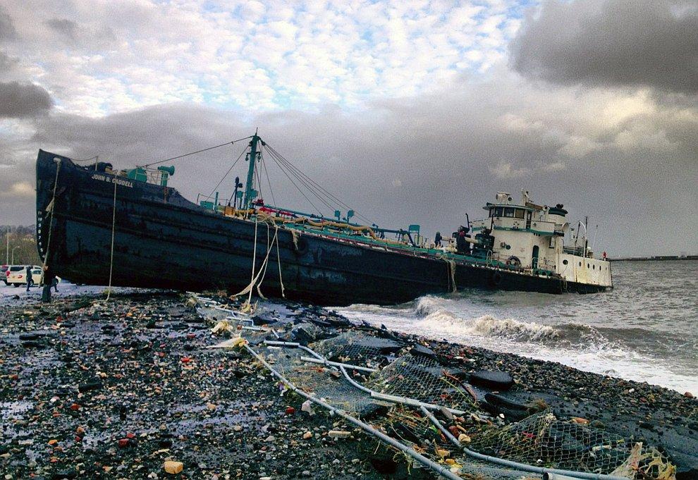 Атлантическим ураганом Сэнди на берег в южном нью-йоркском районе Статен-Айленд выброшен водоналивной танкер
