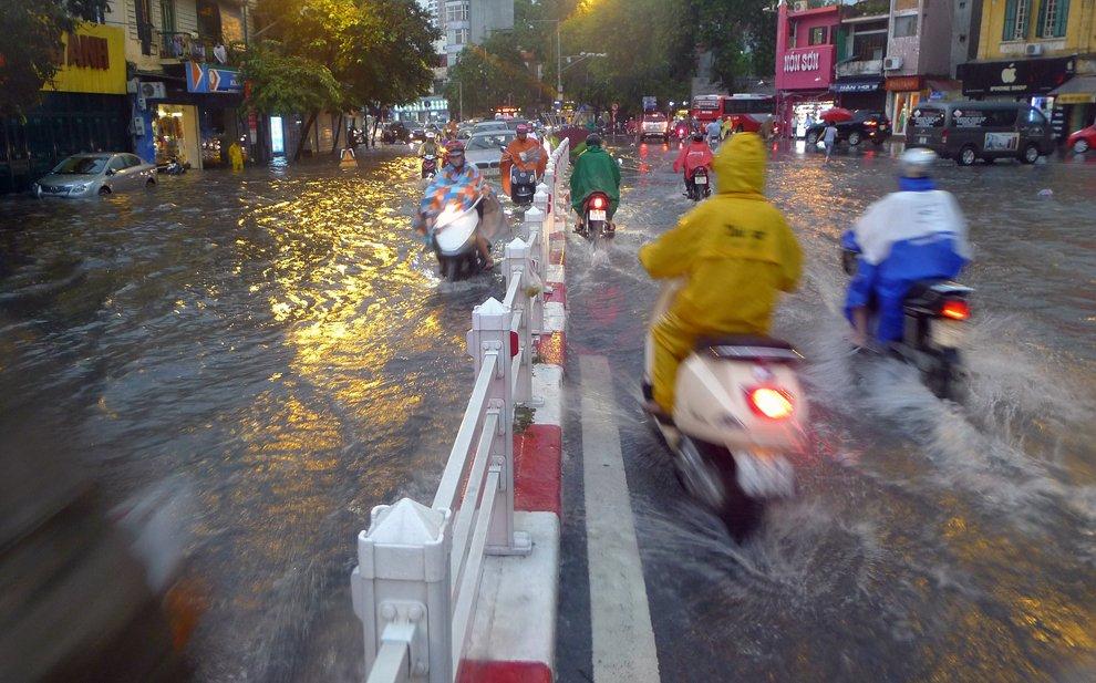 Мощный тайфун Кай-Так