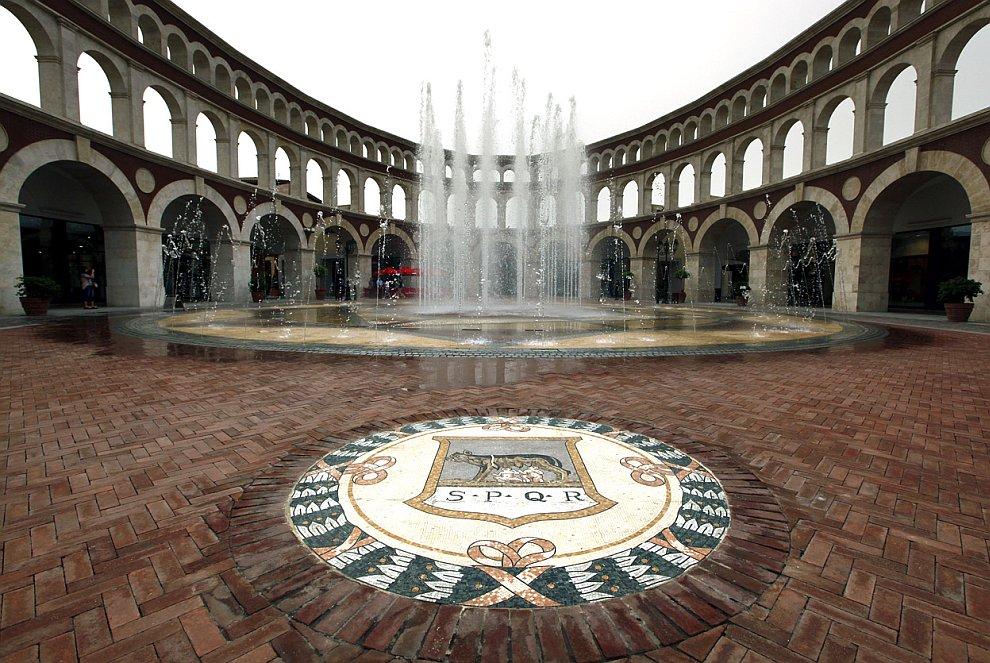 А это здание сделано в виде римского Колизея. Находится на окраине города Тяньцзинь