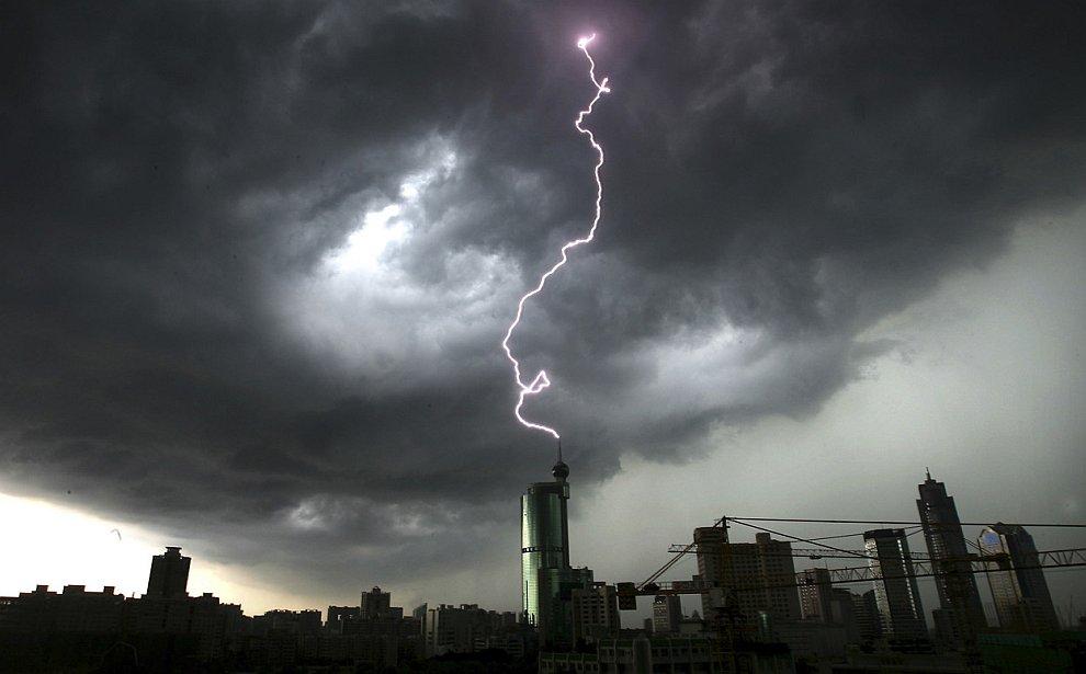 Редкий кадр: молния бьет в здание в городе Фошань юге Китая