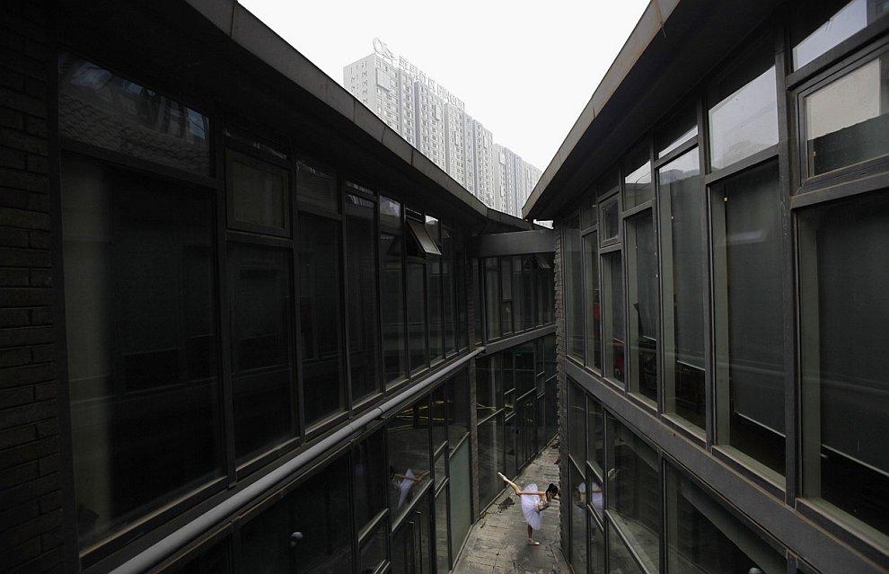 Одинокая балерина в здании. Пекин