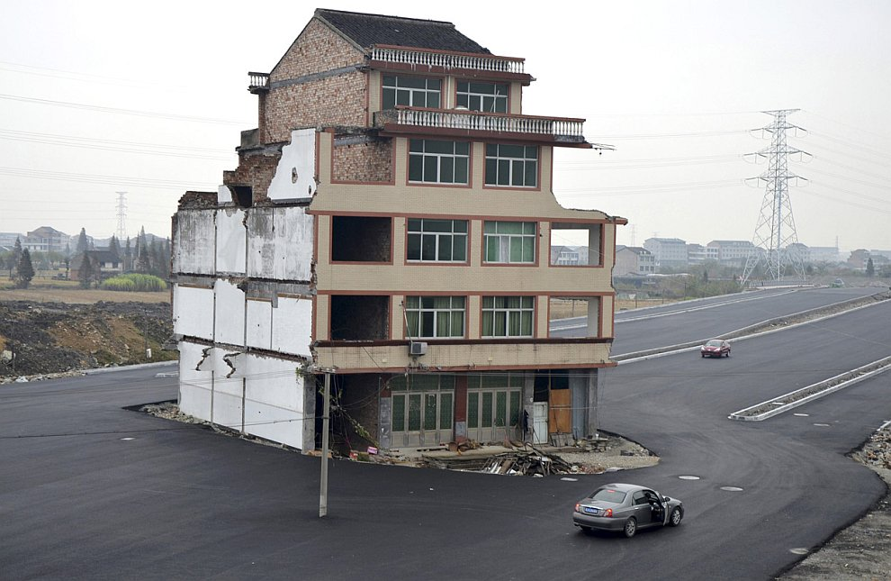 Когда власти Китая решили построить здесь дорогу, им пришлось снесли жилой район