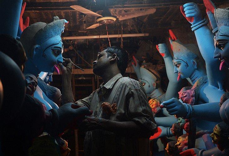 Здесь художник заканчивает изготовление глиняных фигур богини Кали