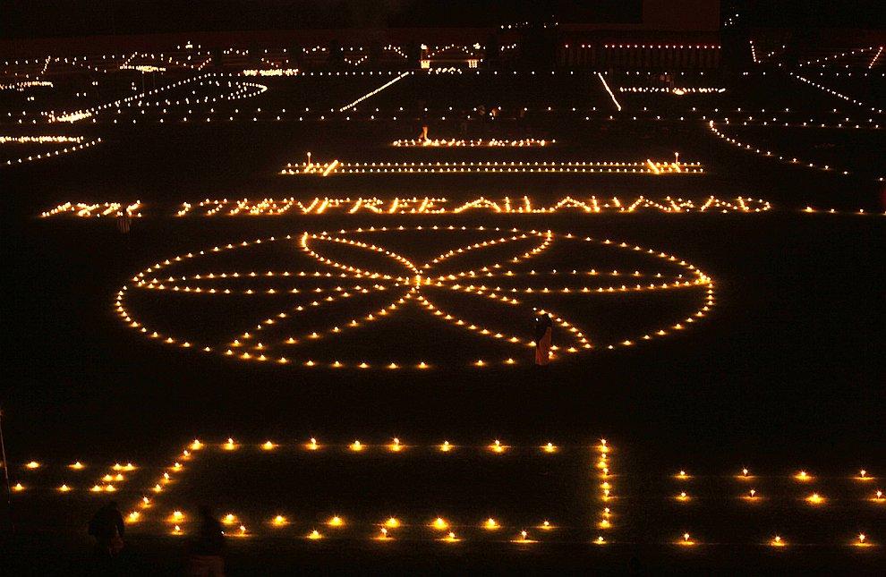 Море свечей и ламп в Аллахабаде, Индия