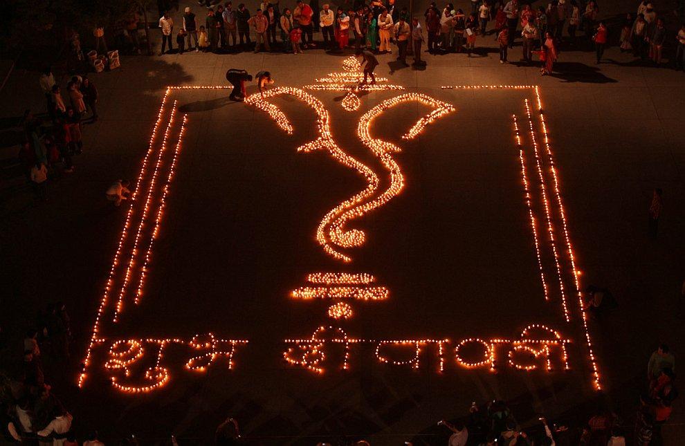 Световое послание из ламп на языке хинди гласит: «Счастливого Дивали»