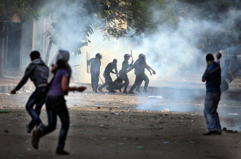 Полиция применяет слезоточивый газ, чтобы вытеснить демонстрантов с главной площади египетской столицы Тахрира