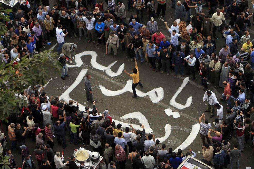Демонстранты выводят надпись «Уходи, Мурси»