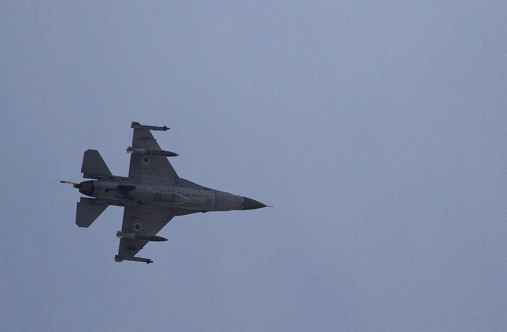 Израильский истребитель F-16 в сторону сектора Газа