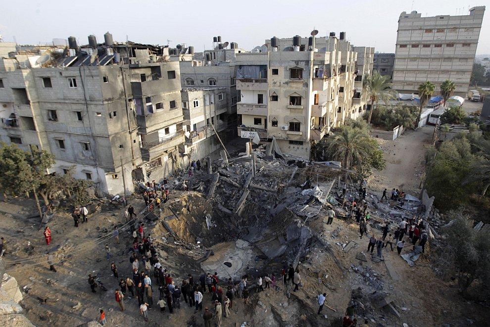 Воронка в жилом квартале на юге сектора Газа после израильского авиаудара